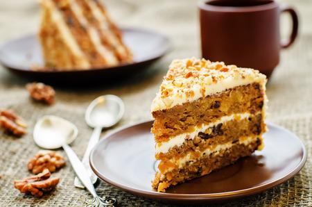 marchew: ciasto marchewkowe z orzechami, śliwki i morele suszone na ciemnym tle. barwienia. selektywne focus