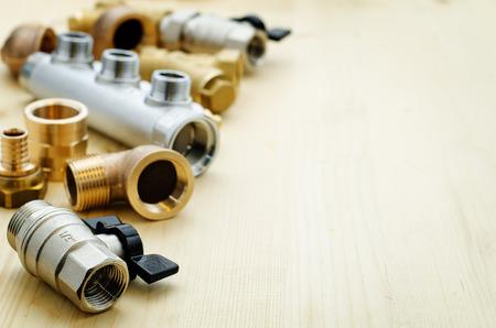 fontaneria: herramientas de plomería sobre un fondo claro leñosa