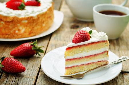 Kuchen mit Sahne und Erdbeeren auf dunklem Holz Hintergrund. Tönung. selektiven Fokus Standard-Bild - 37768705