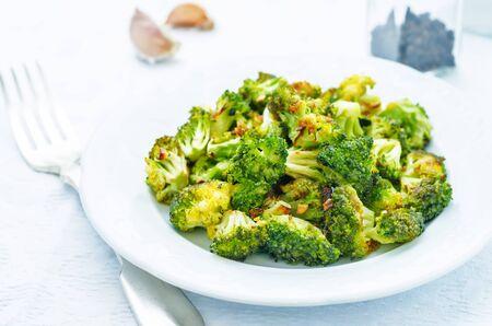 broccoli arrosto con aglio su uno sfondo bianco. la tonificazione. messa a fuoco selettiva