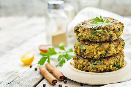 Pittige curry veganistisch hamburgers met gierst, kikkererwten en kruiden Stockfoto - 40190153
