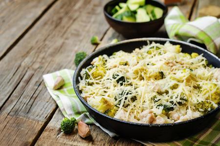 queso: arroz con pollo queso br�coli en el fondo de madera oscura. la tonificaci�n. enfoque selectivo