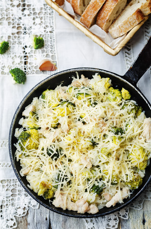 arroz blanco: arroz con pollo queso brócoli en el fondo blanco. la tonificación. enfoque selectivo Foto de archivo