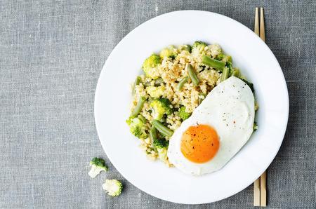 ejotes: revuelva mijo frito con br�coli, jud�as verdes y huevo frito