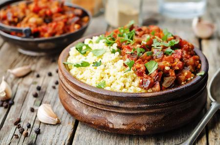mijo con mantequilla con la berenjena tomate al curry