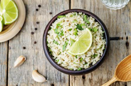 arroces: cilantro cal ajo arroz integral. la tonificaci�n. enfoque selectivo Foto de archivo