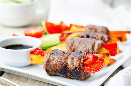 rundvlees gevulde paprika, wortelen en uien met balsamico dressing. de toning. selectieve aandacht