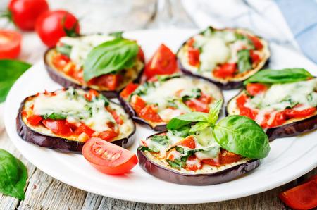 토마토와 바 질 피자 가지입니다. 토닝. 선택적 포커스