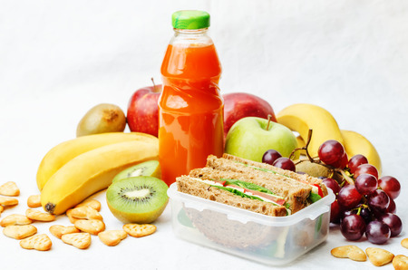 school lunch with a sandwich, fresh fruits, crackers and juice Stockfoto
