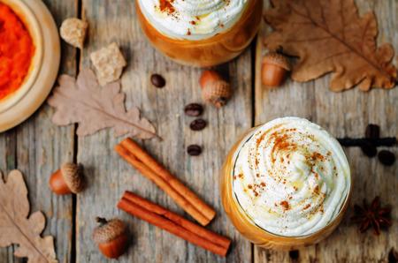 pumpkin: miel de hielo latte especias de calabaza con crema batida Foto de archivo