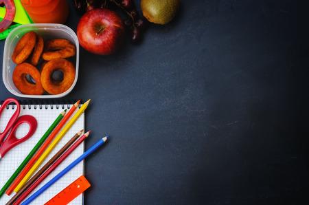 niños con lÁpices: Fondo de la escuela con el almuerzo escolar, lápices y un cuaderno