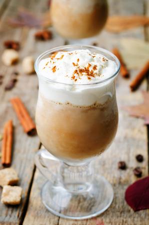 dynia: dyni przyprawy kawa z bitą śmietaną