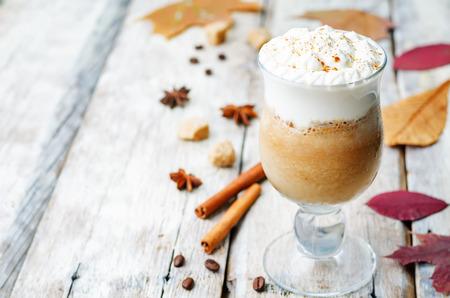 calabaza: café especias de calabaza con crema batida Foto de archivo