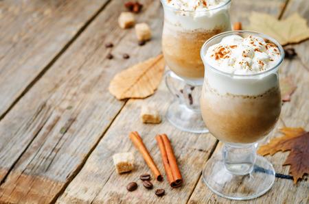 epices: �pices citrouille caf� avec de la cr�me fouett�e. Banque d'images