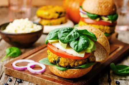 어두운 나무 배경에 채식주의 기장 검은 콩 호박 햄버거