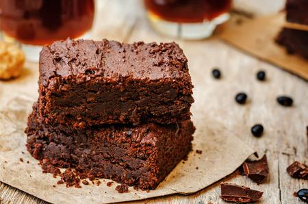 pastel de chocolate: brownies de frijol negro en un fondo de madera oscura. la tonificaci�n. enfoque selectivo