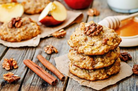 暗い木製の背景にリンゴ シナモン オート麦クッキー。調色。選択と集中 写真素材