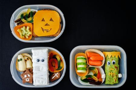 to lunch: cajas de almuerzo para los ni�os en la forma de monstruos de Halloween. la tonificaci�n. enfoque selectivo