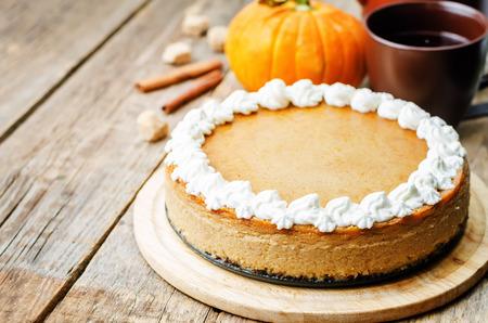 pumpkin: cheesecake de calabaza decorada con crema batida. la tonificaci�n. enfoque selectivo