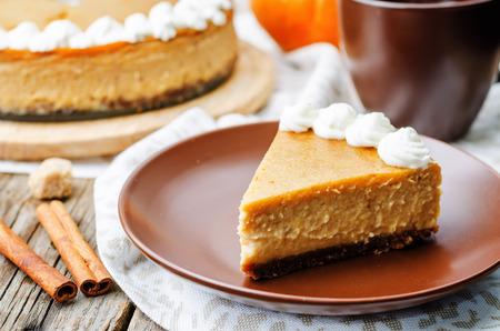 calabaza: cheesecake de calabaza decorada con crema batida. la tonificaci�n. enfoque selectivo