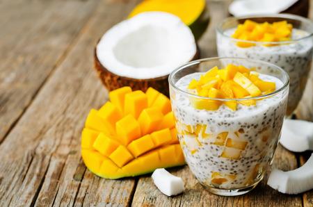 kokosnoot mango chiazaad pudding. de toning. selectieve aandacht
