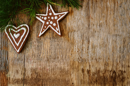 galletas de jengibre: Christmas tree background with Christmas tree and gingerbread shaped cookies. the toning. selective focus Foto de archivo