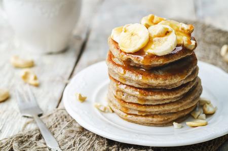 platanos fritos: panqueques de anacardo plátano con los plátanos y salsa de caramelo salado. la tonificación. enfoque selectivo Foto de archivo
