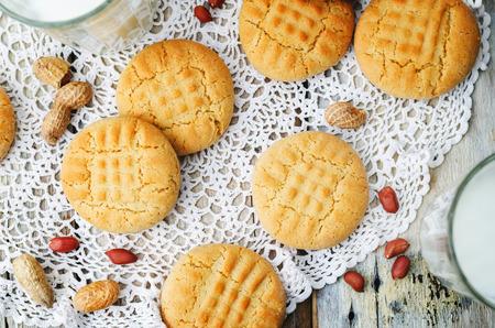 mantequilla: galletas de mantequilla de man� sobre un fondo de madera blanco. la tonificaci�n. enfoque selectivo