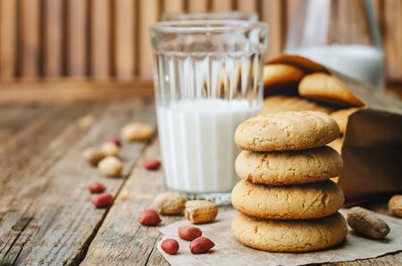 mantequilla: galletas de mantequilla de man� sobre un fondo de madera oscura. la tonificaci�n. enfoque selectivo