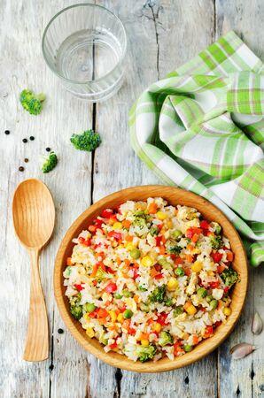 maiz: broccoli carrots corn green peas red pepper rice. the toning. selective focus Foto de archivo
