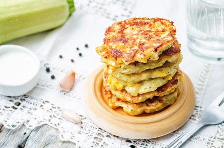 mazorca de maiz: frituras de ma�z calabac�n sobre un fondo blanco. la tonificaci�n. enfoque selectivo