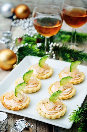 shrimp: tartlets with salmon mousse, shrimp and cucumber for the New year