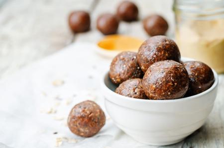 mantequilla: De mantequilla de man� primas bolas de cacao coco avena veganas Foto de archivo