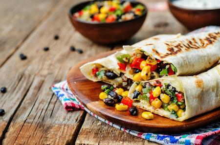 petit dejeuner: poivre ma�s quinoa noir de la f�ve burritos sur un fond sombre du bois Banque d'images