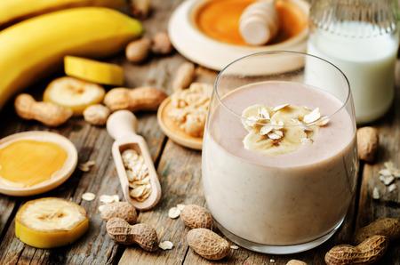 licuado de platano: plátano de cacahuete de avena batidos de mantequilla Foto de archivo