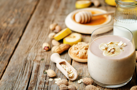 batidos frutas: plátano de cacahuete de avena batidos de mantequilla Foto de archivo