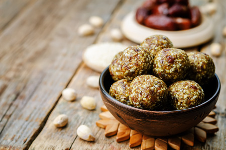 postres: fechas veganos primas sésamo bolas de pistacho. viraje. enfoque selectivo