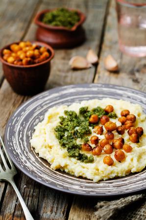queso de cabra: cheese polenta with Basil nuts pesto and roasted spicy chickpeas. toning. selective focus Foto de archivo
