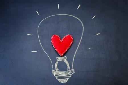 cuore: luce dipinta su una lavagna. tonificante. Messa a fuoco selettiva