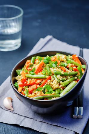 ejotes: Stir-Fry mijo, zanahorias y judías verdes Foto de archivo