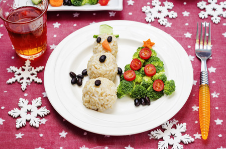 tomate de arbol: Christmas lunch with healthy kids food in the form of a snowman and Christmas tree. toning. selective focus