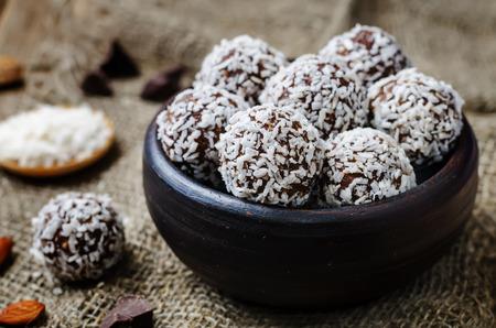 Burro di mandorle palline di cocco al cioccolato vegan prime. tonificante. messa a fuoco selettiva Archivio Fotografico - 65381518