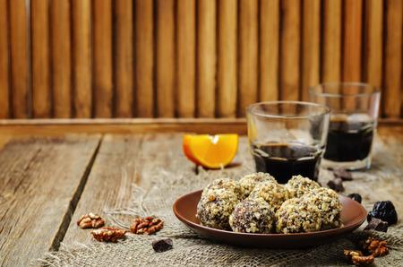 ciruelas lentejas de chocolate nueces veganos bolas de color naranja. viraje. enfoque selectivo Foto de archivo