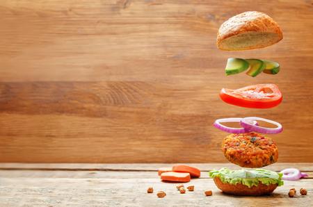 Volando hamburguesas de garbanzos de patata dulce vegetariana. viraje. enfoque selectivo