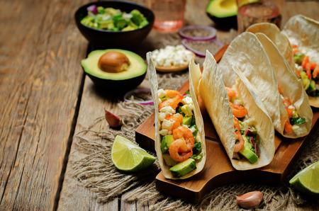 Garnaaltaco's met avocadosalsa op houten achtergrond. toning. selectieve aandacht