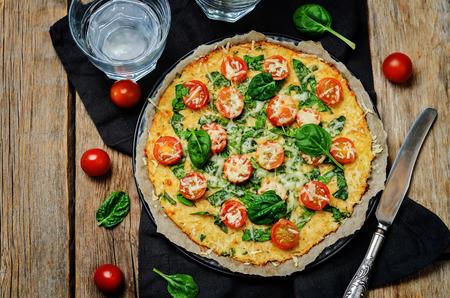 토마토와 시금치와 콜리 플라워 피자 크러스트입니다. 토닝. 선택적 포커스
