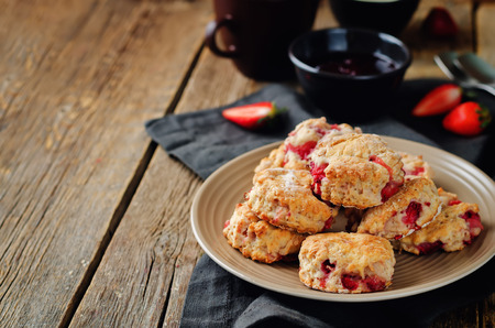 Strawberry scones on a wood background. toning. selective focus Imagens