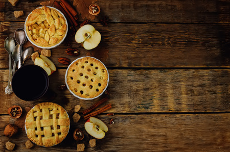 Wood background with apple pies, tea and nuts. tonung. selective focus Banque d'images