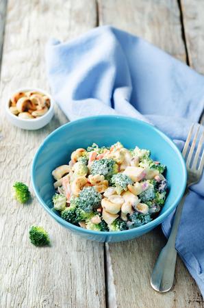 legumbres secas: Broccoli carrot cashews apple salad with honey greek yogurt dressing. toning. selective focus