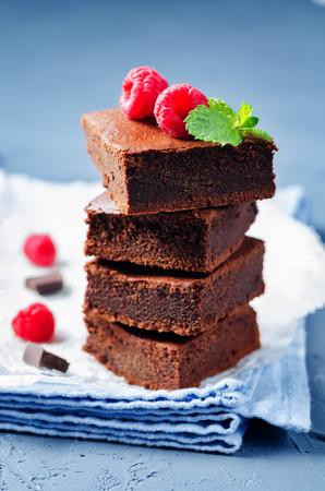 초콜릿 케이크 라스베리와 브라 우 니입니다. 토닝. 선택적 포커스 스톡 콘텐츠